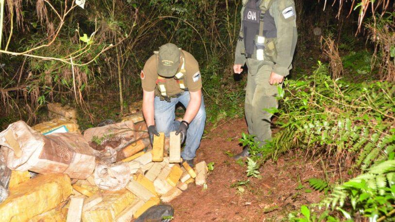 Hallaron más de dos toneladas de marihuana acopiadas en el monte