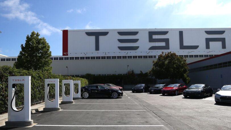 Tesla debe pagar 137 millones de dólares a un exempleado por racismo en su fábrica