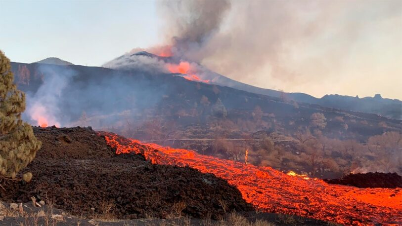España: recrudecen las explosiones y se abre una nueva boca en el volcán